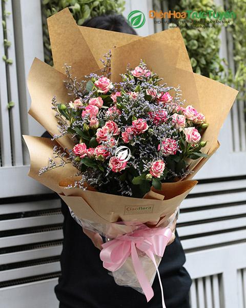 Bouquet of bicolor spray roses
